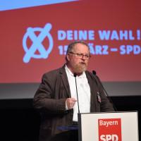 Klaus Adelt bingt auf dem kleinen Parteitag 2019 der BayernSPD den Leitantrag zum Bayrischen Kommunalwahlkampf 2020 ein.